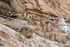 Drapeaux bouddhistes colorés de prière dans Ladakh, Inde Photographie stock