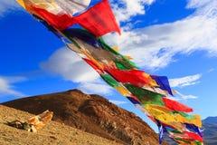 Drapeaux bouddhistes dans la montagne en Himalaya Photographie stock libre de droits