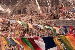 Drapeaux bouddhistes de couleur de prière pour la paix et l'harmonie dans Leh Images stock