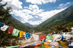 Drapeaux bouddhistes de prière dans les higlands tibétains Images stock