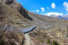 Drapeaux bouddhistes de prière le long de la route autour de montagne d'Annapurna au Népal Photo libre de droits