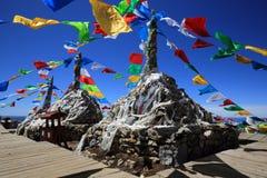 Drapeaux bouddhistes tibétains de prière sur la montagne dans Shangri-La, Chine Images libres de droits