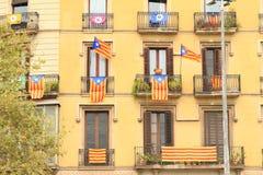 Drapeaux catalans sur le bâtiment de résidence photos libres de droits