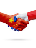 Drapeaux Chine, pays de Frances, concept de poignée de main d'amitié d'association illustration 3D Image libre de droits