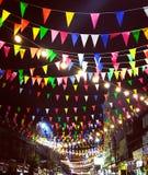 Drapeaux colorés accrochant pour célébrer dans la foire de tradition photo stock
