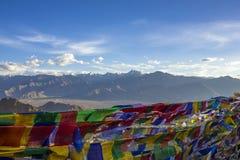 Drapeaux colorés bouddhistes tibétains de prière sur le fond d'un désert de montagne photographie stock