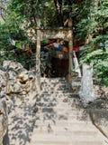 Drapeaux colorés dans le jardin du temple de Yuantong Images libres de droits