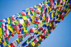 Drapeaux colorés de prière au Népal image libre de droits