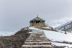 Drapeaux colorés de prière sur la montagne de neige Photos libres de droits