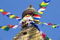 Drapeaux colorés de prière volant du Stupa bouddhiste, un endroit de culte saint Temple bouddhiste en vallée de Katmandou, Népal Photos libres de droits