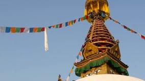 Drapeaux colorés de prière wawing dans le vent au-dessus du temple de Stupa, de la pagoda sainte, du symbole du Népal et de Katma banque de vidéos