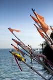 Drapeaux colorés faisant face à la mer Photos stock