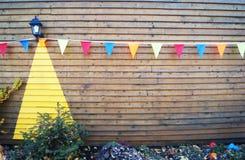 Drapeaux colorés lumineux sur une corde photo libre de droits