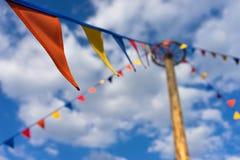 Drapeaux colorés sur le fond de ciel bleu Photo libre de droits