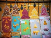 Drapeaux décoratifs colorés artistiques et d'autres accessoires de rituel d'éléments Photos stock