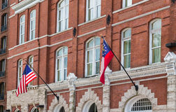 Drapeaux d'Américain et de Géorgie sur le vieil immeuble de brique Photographie stock
