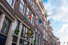 Drapeaux d'arc-en-ciel sur le bâtiment medival dans le secteur de lumière rouge, Pays-Bas Images stock