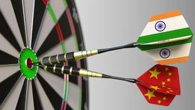 Drapeaux d'Inde et de la Chine sur des dards frappant la boudine de la cible Coopération internationale ou concurrence 3D concept Photos stock