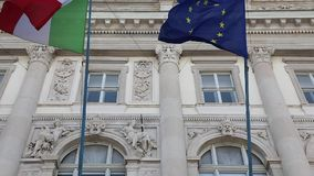 Drapeaux d'UE d'Italien banque de vidéos