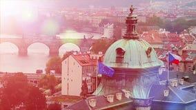 Drapeaux d'Union européenne d'E. - et de République Tchèque sur le bâtiment du parlement à Prague banque de vidéos