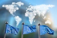 Drapeaux d'Union européenne avec la carte de nuages Images stock