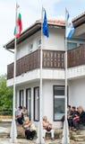 Drapeaux dans le village bulgare avant les jeux de Nestinar, Bulgarie Image libre de droits
