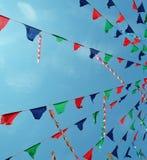 Drapeaux de carnaval avec le fond de ciel bleu Photo stock