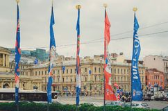 Drapeaux de coupe du monde de la FIFA en Russie flattant dans le vent Coupe du monde du football Russie 2018 images stock