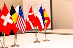 Drapeaux de différents pays sur le fond du tabl blanc Photos stock