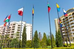 Drapeaux de différents pays sur les hôtels carrés en Sunny Beach en Bulgarie Photo libre de droits