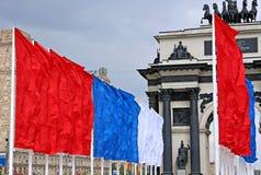 Drapeaux de fête colorés pendant des vacances Image libre de droits
