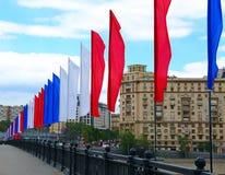 Drapeaux de fête colorés pendant des vacances Photos libres de droits