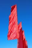 Drapeaux de fête rouges pendant des vacances Photo stock
