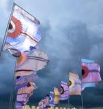 Drapeaux de festival ondulant contre le ciel orageux dramatique image libre de droits
