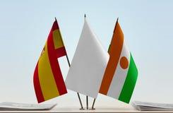 Drapeaux de l'Espagne et du Niger images stock