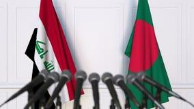 Drapeaux de l'Irak et du Bangladesh à la conférence de presse internationale de réunion ou de négociations animation 3D banque de vidéos