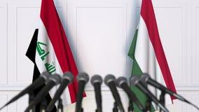 Drapeaux de l'Irak et de la Hongrie à la conférence de presse internationale de réunion ou de négociations animation 3D banque de vidéos