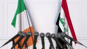 Drapeaux de l'Irlande et de l'Irak à la conférence de presse internationale de réunion ou de négociations animation 3D banque de vidéos