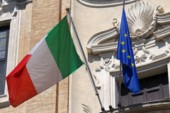 Drapeaux de l'ondulation de l'Italie et de l'Union européenne Photos libres de droits