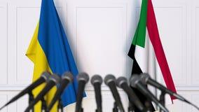 Drapeaux de l'Ukraine et du Soudan à la conférence de presse internationale de réunion ou de négociations animation 3D banque de vidéos