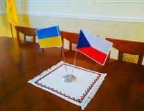 Drapeaux de l'Ukraine et de la République Tchèque sur la table photographie stock