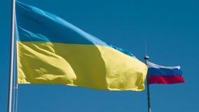 Drapeaux de l'Ukraine et de la Russie banque de vidéos
