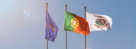 Drapeaux de l'Union européenne et le Portugal et un drapeau spécial de ville de Lisbonne Photographie stock libre de droits