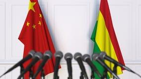 Drapeaux de la Chine et de la Bolivie à la conférence de presse internationale de réunion ou de négociations animation 3D banque de vidéos