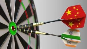 Drapeaux de la Chine et d'Inde sur des dards frappant la boudine de la cible Coopération internationale ou concurrence 3D concept Images stock