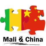 Drapeaux de la Chine et du Mali dans le puzzle Image stock