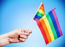 Drapeaux de la communauté de LGBT dans une main Photographie stock