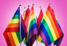 Drapeaux de la communauté de LGBT sur un pourpre Images stock