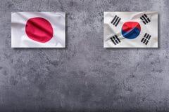Drapeaux de la Corée du Sud et du Japon Drapeau de la Corée du Sud et du Japon sur le concr Images libres de droits