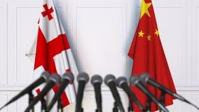 Drapeaux de la Géorgie et de la Chine à la conférence de presse internationale de réunion ou de négociations animation 3D banque de vidéos